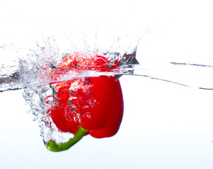 FototapetaFresh red paprika falling into the water with a splash of water