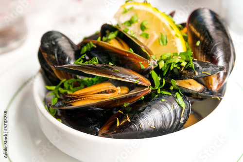 Staande foto Schaaldieren Mussel with white wine