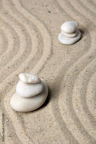 ogrod-zen-z-prowizja-piasku-i-okragle-kamienie-blisko