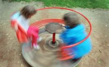 Due Bambini Giocano Su Una Gio...