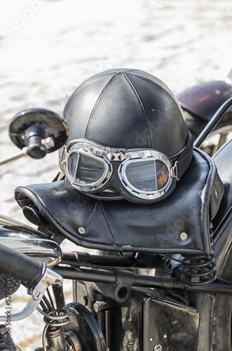 Foto op Plexiglas Fiets Old helmet