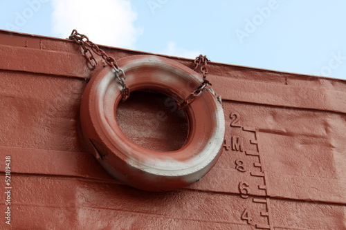 Fotografía  waterline and rubber tire marked on the ship