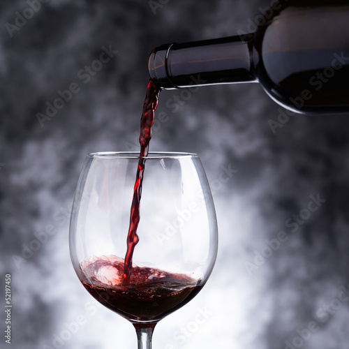 czerwone-wino-nalewane-do-kieliszka