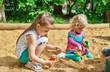 canvas print picture - Kinder spielen im Sandkasten
