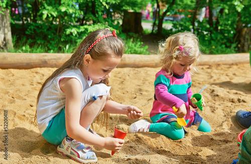 Fotografía  Kinder spielen im Sandkasten