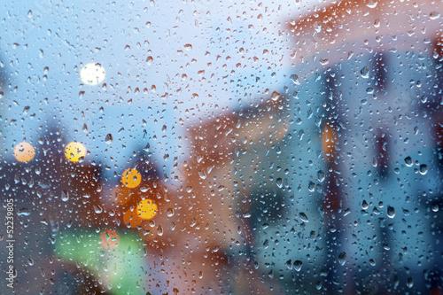 burza w mieście przez okno