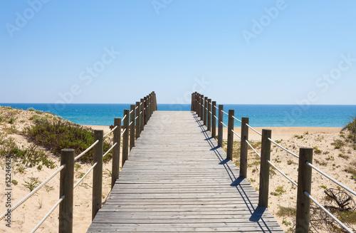 drewniana-kladka-na-piaszczystej-plazy-w-portugalii