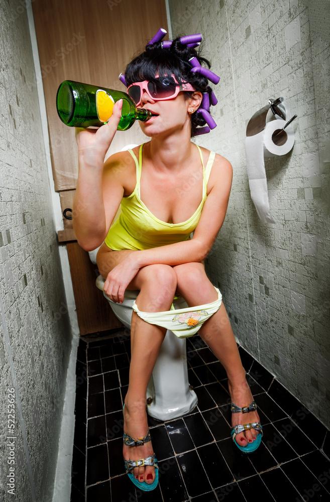 несколько пьяная дама бежит в сортир ваш малютка