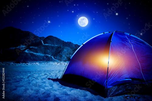 In de dag Volle maan Camp at night