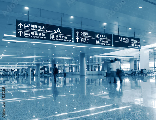 Ingelijste posters Luchthaven passenger in the shanghai pudong airport