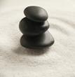 pierres noires zen dans le sable