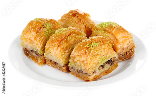 Photo Sweet baklava on plate isolated on white