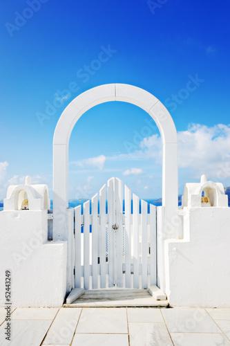 piekny-bialy-drewniany-drzwi-nad-morze-egejskie-w-oia