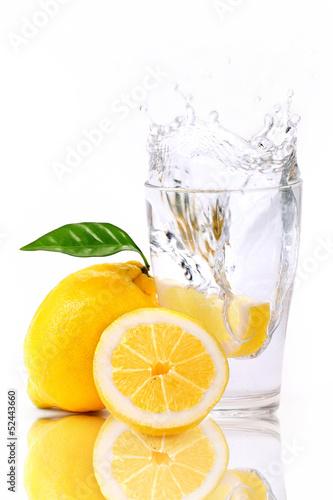 Poster Eclaboussures d eau Zitronen splash in Wasserglas