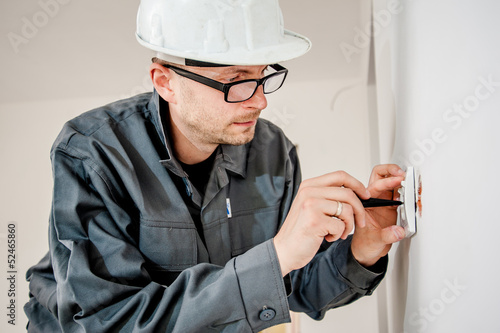 Obraz electrician with screwdriver - fototapety do salonu