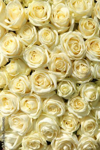 grupa-biale-roze-w-kwiecistych-slubnych-dekoracjach