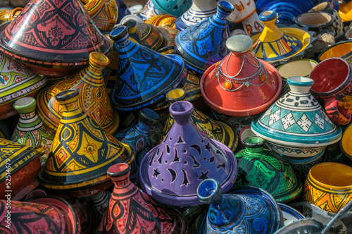 In de dag Marokko Tajines in the market, Morocco