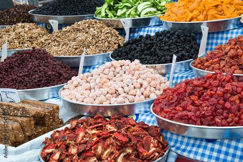 Poster Aromatische Fruits secs sur un marché turc