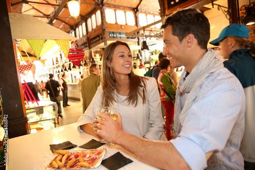 In de dag Madrid Couple in Madrid eating spanish savouries
