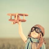 Dziecko z drewnanym samolotem