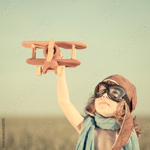 szczesliwy-dzieciak-bawic-sie-z-zabawkarskim-samolotem