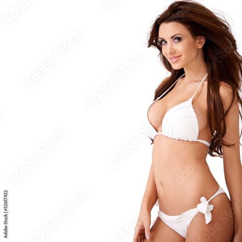 Uśmiechnięta seksowna młoda brunetka w bikini