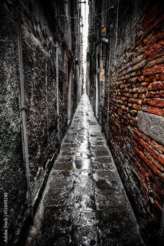 Deurstickers Smal steegje schmale Gasse in Venedig