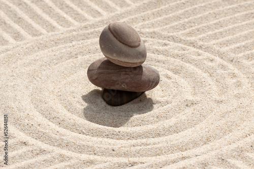 Photo sur Plexiglas Zen pierres a sable galets en équilibre sur sable