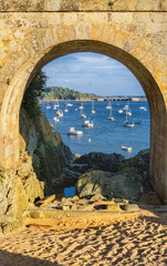 Fototapeta A view of the Solidor Bay via an arch of Solidor Tour complex