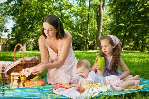 Foto auf AluDibond Picknick Picnic - mother with children in park