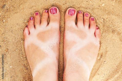 Fotografering  Смешно загорелые ноги на желтом песке пляжа