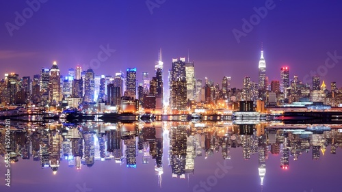 In de dag New York Manhattan Skyline with Reflections