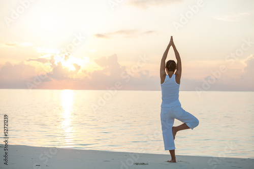 Poster Ecole de Yoga Caucasian woman practicing yoga at seashore