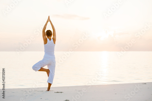 Poster School de yoga Caucasian woman practicing yoga at seashore
