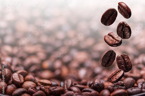 Papiers peints Salle de cafe Flying coffee beans