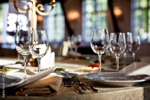 Foto op Plexiglas Restaurant Empty glasses set in restaurant