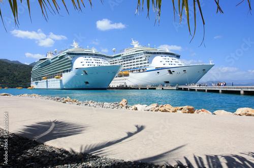 Fotografía  cruise ships in the Caribbean