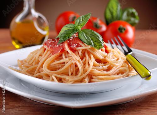 Fotografie, Obraz  spaghetti al pomodoro con foglia di basilico