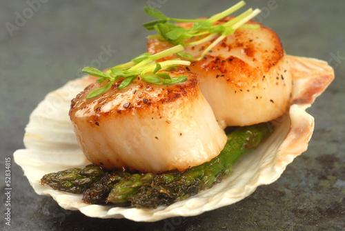 Fotografia Sea Scallop with asparagus in a scallop shell