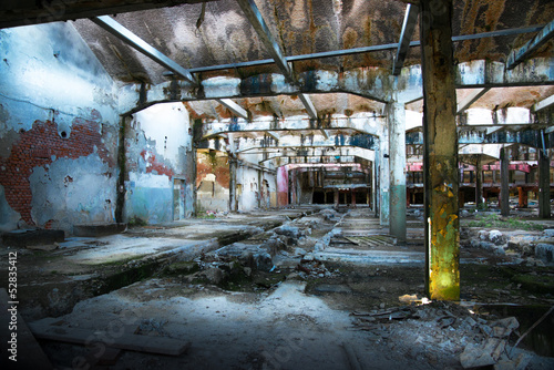 fabbrica in stato di abbandono
