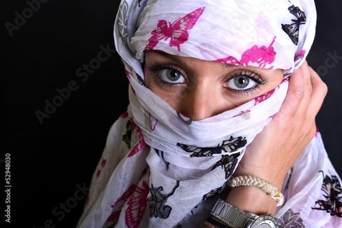 Leinwand Poster Vue de la femme arabe