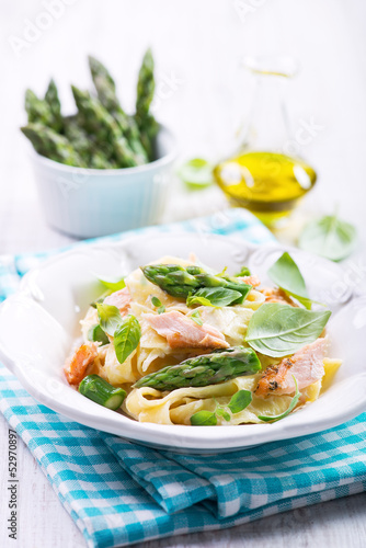 Fototapeta Pasta with salmon and asparagus obraz