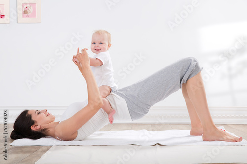 mother and baby gymnastics - 52974023