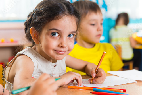 Photo  Group of cute little prescool kids drawing