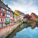 Colmar, Petit Venice, kanał wodny i domy. Alzacja, Francja. - 53060890