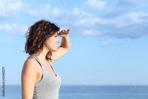 Fotografía  Beautiful woman looking forward with the hand in forehead