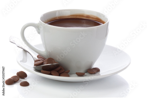 Spoed Foto op Canvas Chocolade Hot chocolate in white cup and chocolate chips isolated on white