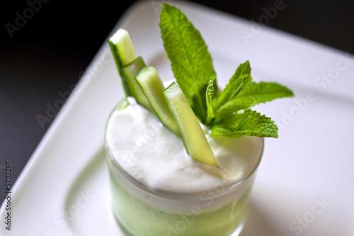 Valokuva  Mousse, concombre, légumes, menthe, crème, verrine