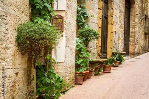 antyczna-ulica-dekorujaca-z-kwiatami-wlochy