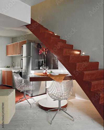 cucina moderna con tavolo da pranzo sotto la scala – kaufen ...